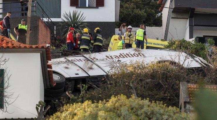 Madeiral sõitis turistibuss teel välja, hukkus 28 inimest