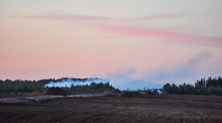 FOTOD   Pärnumaal Seljametsa küla rabas puhkes tulekahju