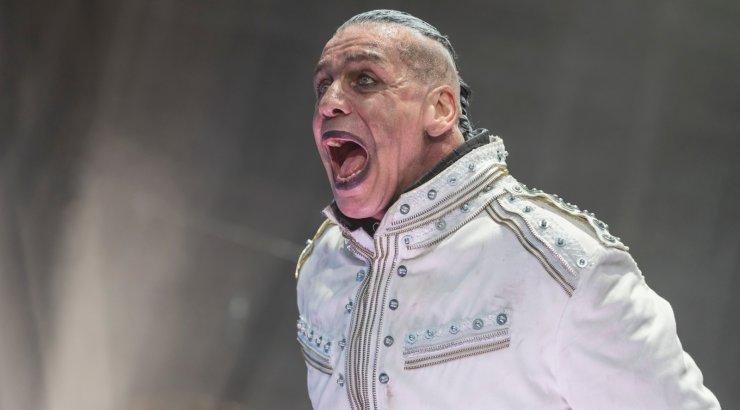 Fänn solvas baaris Rammsteini ninamehe kaaslast! Mees keedus vabandamast, Till lõi küünarnukiga ta lõualuu puruks