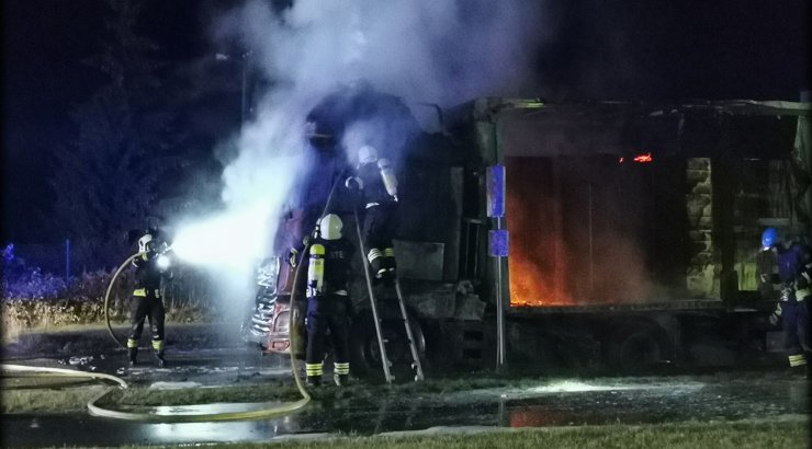 VIDEO JA FOTOD | Öösel põles Pärnumaal reka lahtise leegiga, hommikul süttis Tallinna-Tartu maanteel auto