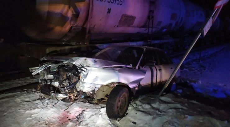 FOTOD | Väike-Maarja vallas sõitis auto kaubarongile ette, reisirongiliiklus on häiritud Tallinna-Tartu ja Tallinna-Viljandi suunal