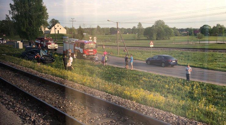 FOTO | Tamsalus sõitis rong raudteel olnud autole sisse