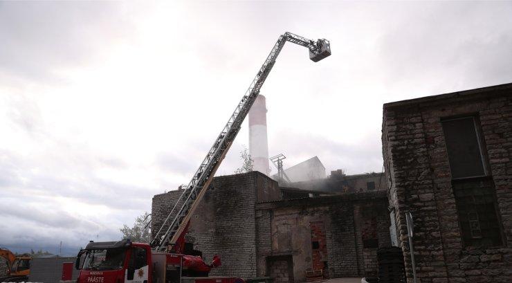 FOTOD | Tallinnas põles vana laohoone