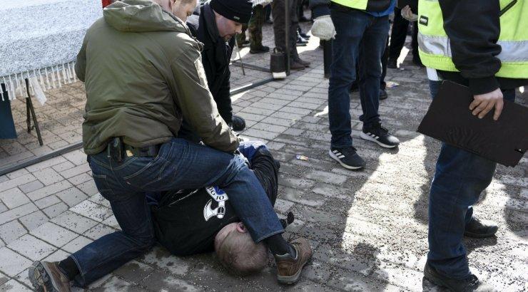 FOTOD | Soome välisministrit üritati turuplatsil rünnata, ründaja võeti vahi alla